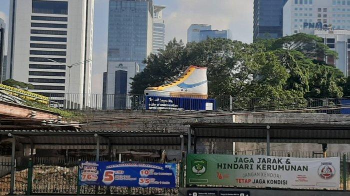 Tugu sepatu di kawasan Sudirman, Jakarta Pusat, Jumat (17/9/2021)