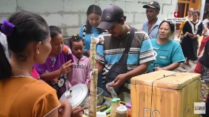 Tukang bakso ikan langsung dikerubuti emak-emak dan anak-anak berkat aksi Kang Dedi Mulyadi.