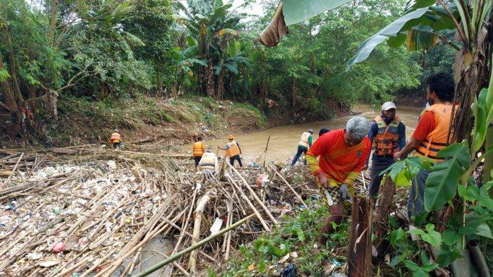 Habis Banjir Terbitlah Sampah, Kali Cikeas di Jatiasih Bekasi Dipenuhi Tumpukan Bambu