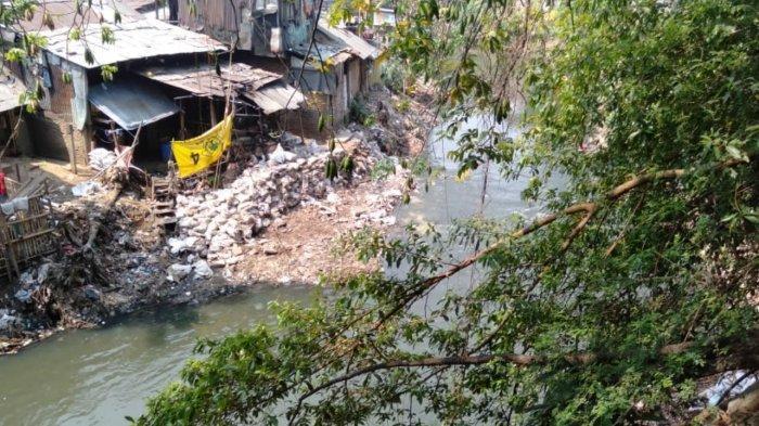 Tumpukan Karung Bebatuan di Bantaran Sungai Ciliwung Mulai Berkurang, Aliran Air Kian Lancar