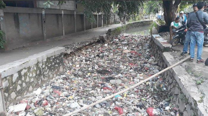 Kali di Jalan KH. Abu Bakar Tambun Bekasi Penuh Sampah