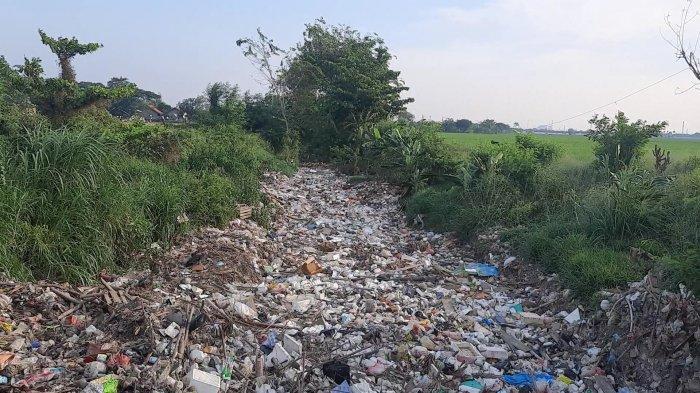 Ada Kursi hingga Kasur, Penampakan Tumpukan Sampah Penuhi Aliran Kali Busa Tambun Utara Bekasi