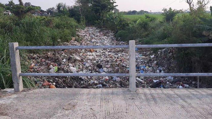 Tumpukan sampah di Kali Busa, Desa Satria Mekar, Kecamatan Tambun Utara, Kabupaten Bekasi, Rabu (2/9/2021).