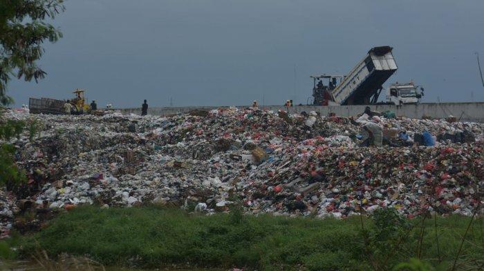 Diduga Ada Oknum yang Mengelola Pembuangan Sampah Liar di Bantaran Kali CBL Tambun Bekasi