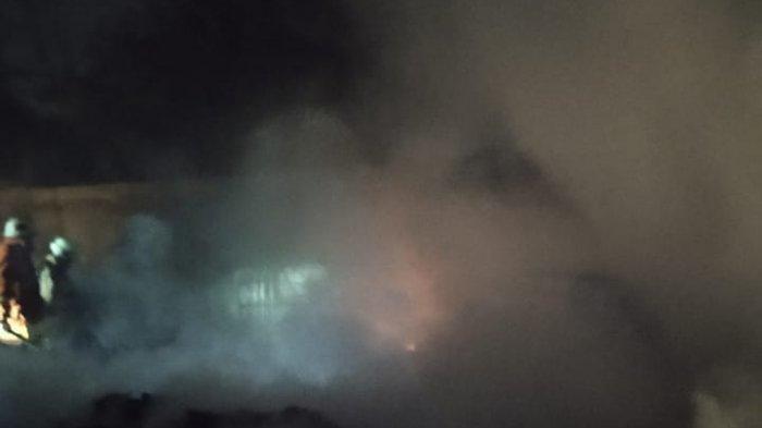 70 Meter Tanah Kosong di Jalan Cakung Cilincing Terbakar Akibat Bakar Sampah Sembarangan