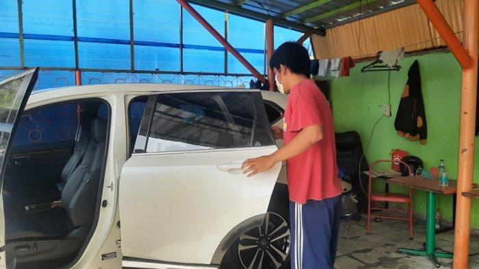 Penyandang disabilitas bekerja di salah satu car wash di Jalan Jendral Basuki Rachmat, Jatinegara, Jakarta Timur, Selasa (23/2/2021)