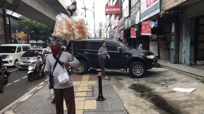Apa Salah Ridwan? Tunanetra Pedagang Krupuk Keliling Menabrak Truk Parkir di Trotoar Panglima Polim