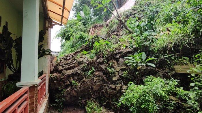 Turap longsor di Jalan Ngarai, Pasir Gunung Selatan, Cimanggis, Kota Depok, Minggu (21/2/2021).
