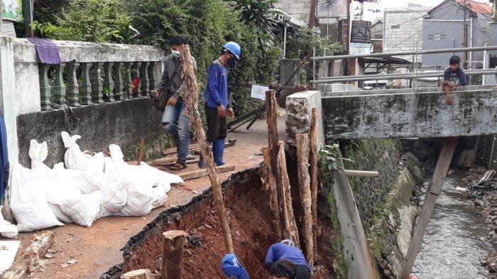Turap PHB Kali Induk Longsor, Akses Jalan Warga Batu Ampar Jaktim Terputus