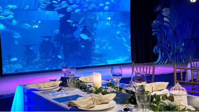 Mencoba Sensasi Makan Malam, Sambil Ditemani Ribuan Ikan Laut Dalam Akuarium Berkapasitas 1 Juta Liter