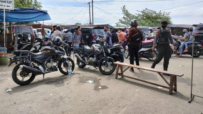 Polresta Tangerang melakukan penyekatan untuk meminimalisir kerumunan masyarakat yang hendak melayat ke rumah KH Abuya Thurtusi pada Selasa (6/4/2021).