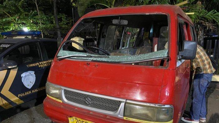 Angkot yang diduga sengaja ditinggali sang sopir usai dia menganiaya dan merampas ponsel seorang remaja di Kalideres, Jakarta Barat.