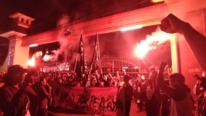 Mahasiswa UIN Jakarta Aksi Tolak UU Cipta Kerja di Depan Kampus, Bakar Suar Hingga Teaterikal