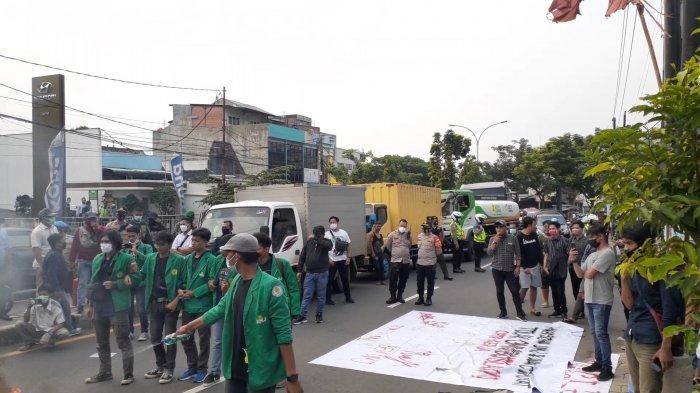 Diblokir Massa Aksi Mahasiswa UMJ, Sopir Truk dan TransJakarta Kesal Menunggu Hampir 2 Jam