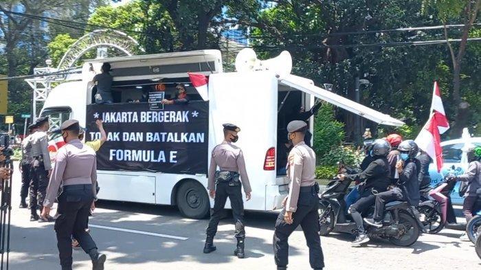Suasana aksi unjuk rasa dari Jakarta Bergerak sempat diwarnai ricuh. Massa menggeruduk Gedung DPRD DKI untuk menolak penyelenggaraan Formula E, Rabu (22/9/2021)
