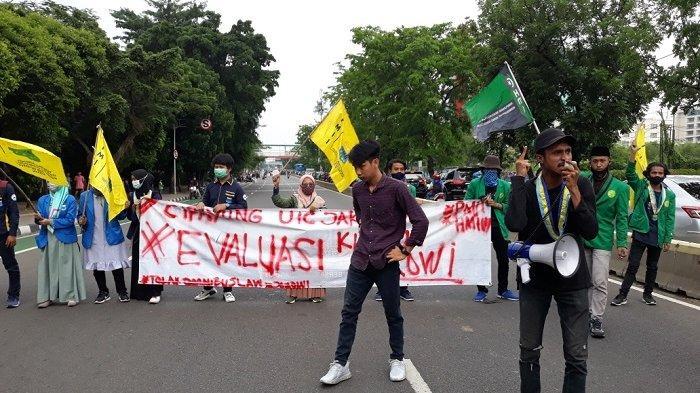Tolak UU Cipta Kerja, Mahasiswa Tutup Jalan Pemuda Pulogadung