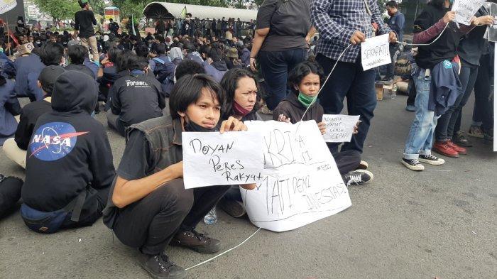 Tolak UU Cipta Kerja, Ratusan Mahasiswa Demo Bakar Ban di Kolong Flyover Pasar Rebo