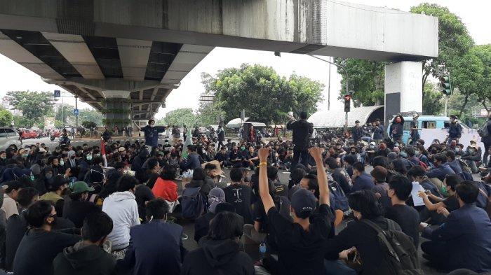 Suasana unjuk rasa yang dilakukan ratusan mahasiswa Unindra di bawah Flyover Pasar Rebo, Jakarta Timur, Rabu (7/10/2020)