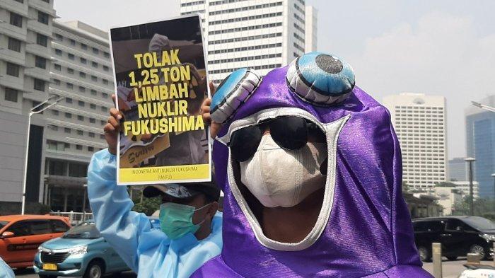 Sejumlah massa aksi berunjuk rasa di depan kantor Kedutaan Besar (Kedubes) Jepang, Jalan MH Thamrin, Menteng, Jakarta Pusat, Selasa (8/6/2021) siang.