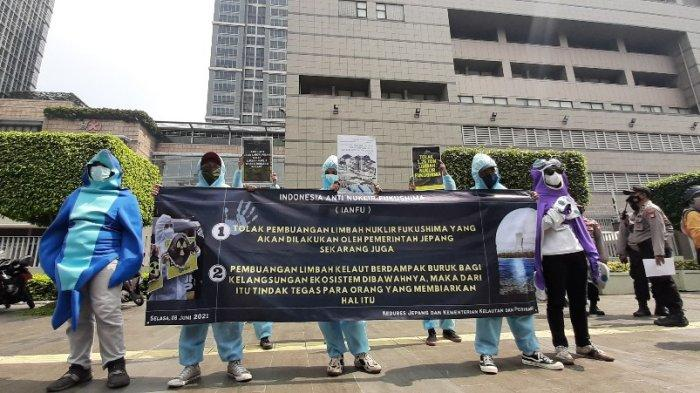 Pakai Kostum Ikan Laut, Massa Aksi Berunjuk Rasa di Depan Kedubes Jepang