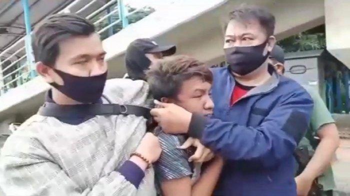 Tim Rajawali Polrestro Jakarta Timur saat menangkap Muhammad Qhairul Fauzi alias Unyil (20) di Kramat Jati, Jakarta Timur, Senin (14/12/2020)