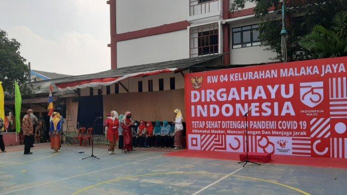 Gelar Upacara HUT ke-75 RI, Warga Di RW 4 Malaka Jaya Kenakan Pakaian Adat Lengkap dengan Masker