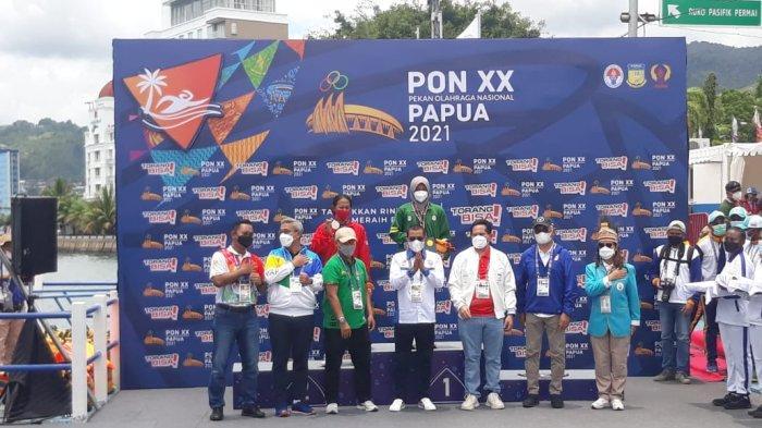 Atlet Jawa Barat, Aflah Fadlan berhasil merebut medali emas PON Papua, DKI Jakarta menyumbangkan dua medali dari atlet Joe Aditya dan Kathriana Mella di nomor 10.000 meter di Teluk Yos Sudarso, Kota Jayapura, Selasa (5/10/2021).