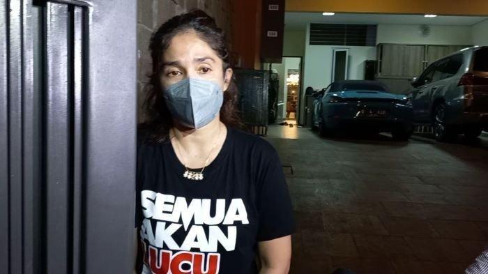 Ussy Sulistiawaty danAndhikaIkhlaskan Spion Mobil yang Dicolong, Tapi Polisi Tetap Buru Pelaku
