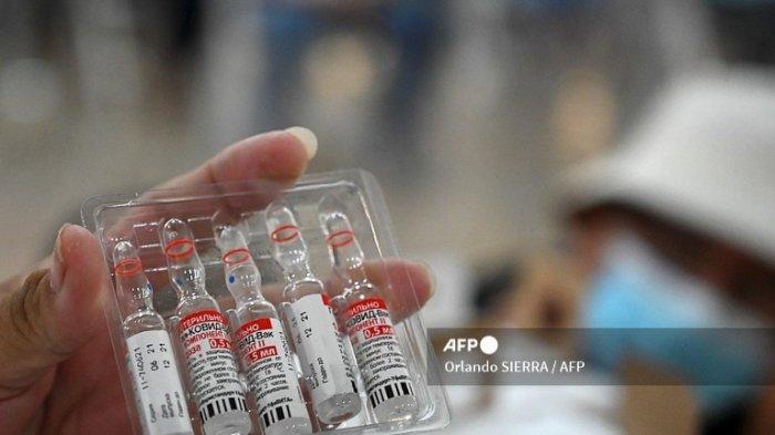 Seorang perawat menunjukkan botol vaksin Sputnik-V terhadap COVID-19 di Sekretaris Luar Negeri di Tegucigalpa, pada 19 Agustus 2021.