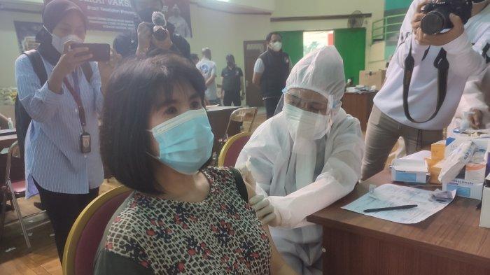 Polda Metro Jaya Berikan Bantuan Sembako Kepada Peserta Vaksin di GOR Makasar