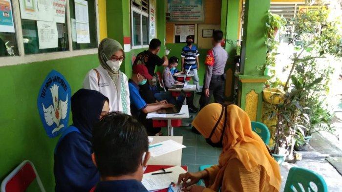 Gerai Vaksin Merdeka di lingkungan RW07 Kelurahan Medan Satria, Kecamatan Medan Satria, Kota Bekasi, Sabtu (7/8/2021).