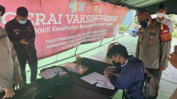 Kapolresta Bandara Soekarno-Hatta Kombes Pol Edwin saat memantau gerai vaksinasu Covid-19 di kantornya untuk masyarakat sekitar, Senin (19/7/2021).