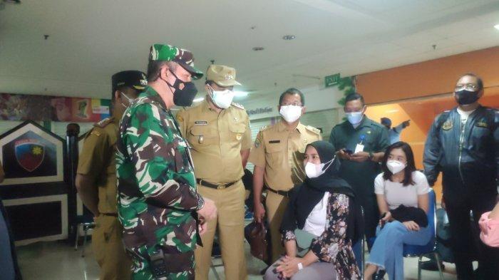 Suasana vaksinasi yang digelar Lanud Halim Perdanakusuma di Mal Pondok Gede, Bekasi, Senin (26/7/2021).