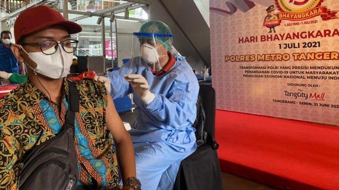 Ratusan Orang Disuntik Vaksin Astra Zeneca yang Digelar Tangcity Mall