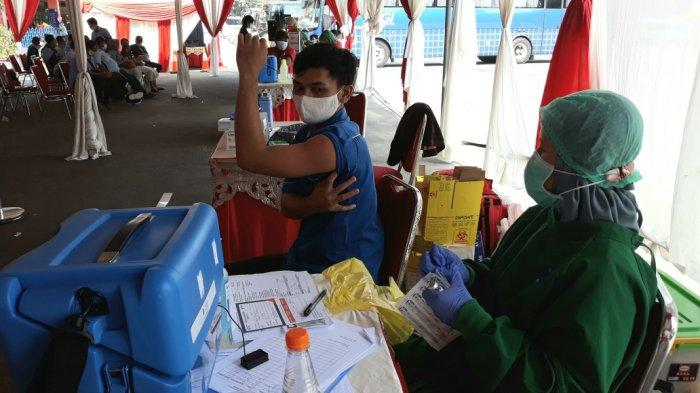 Pekerja sektor transportasi saat mengikuti vaksinasi massal Covid-19 di Terminal Kampung Rambutan, Jakarta Timur, Sabtu (12/6/2021).