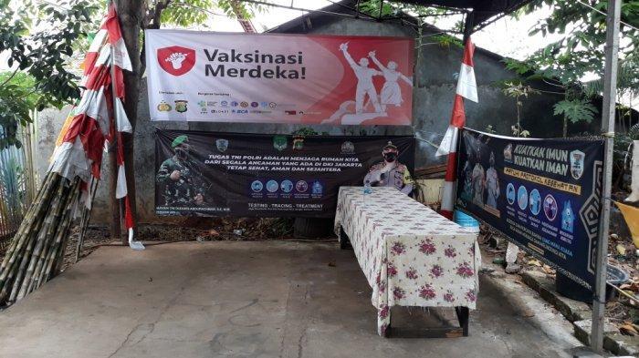 Tampak tenda Vaksinasi Meski di permukiman warga RW 01 Kelurahan/Kecamatan Ciracas, Jakarta Timur, Minggu (1/8/2021).