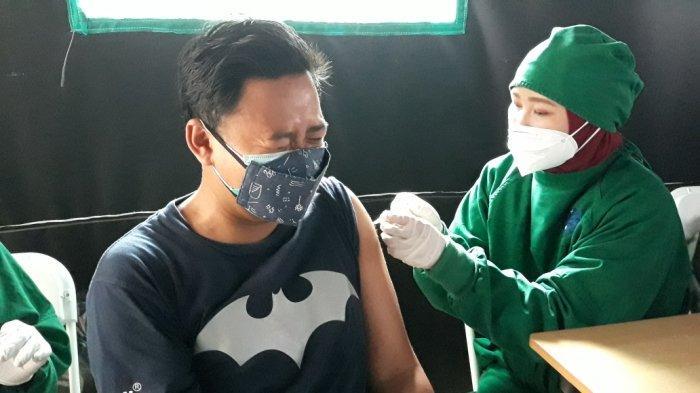 Pelaksanaan vaksinasi Covid-19 jenis Moderna di Puskesmas Kecamatan Kramat Jati, Jumat (20/8/2021).