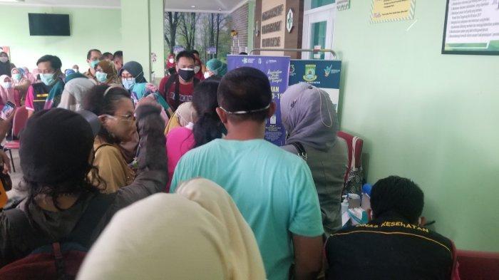 Proses vaksinasi kepada pemain Persikota Tangerang menggunakan jenis Pfizer di Puskesmas Panunggangan Barat, Kota Tangerang, Selasa (24/8/2021).