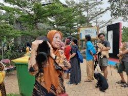 Warga Cipayung Antusias Bawa Hewan Peliharaan Vaksinasi Rabies Gratis di RPTRA Payung Tunas Teratai