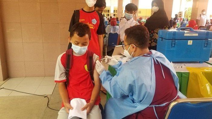 Suasana vaksinasi Covid-19 massal untuk pelajar tingkat SMP dan SMA di Kota Tangerang menggunakan jenis Pfizer untuk mempercepat Pembelajaran Tatap Muka, Rabu (1/9/2021).