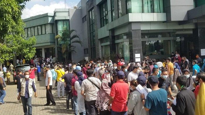 Peserta Vaksinasi Massal di Tangerang Membludak, Antrean Mengular Sampai ke Jalan