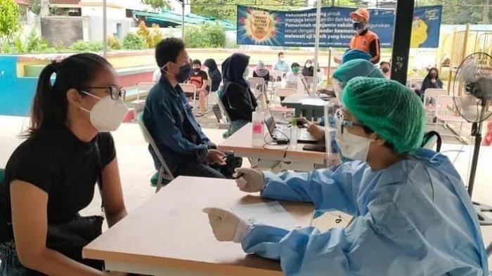 Pelaksanaan vaksinasi Covid-19 untuk anak usia 12-17 tahun di RPTRA Citra Permata, Kelurahan Rawa Bunga, Kecamatan Jatinegara, Jakarta Timur, Rabu (14/7/2021)