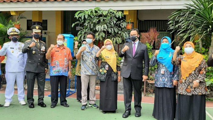 Gubernur DKI Jakarta Anies Baswedan telah meninjau vaksinasi Covid-19 di SMAN 20 Jakarta Pusat, pada Kamis (1/7/2021) pagi.