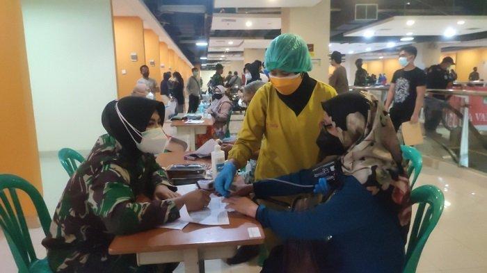Suasana vaksinasi di Terminal Terpadu Pulogebang, Jakarta Timur. Ribuan masyarakat antusias mengikuti vaksinasi di lokasi ini, Sabtu (17/7/2021)