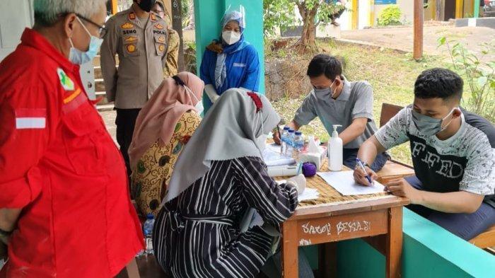 Kegiatan vaksinasi guru dan staf SMK Negeri 1 Cikarang Barat sebagai persiapan pembelajaran tatap muka, Kamis (3/6/2021).