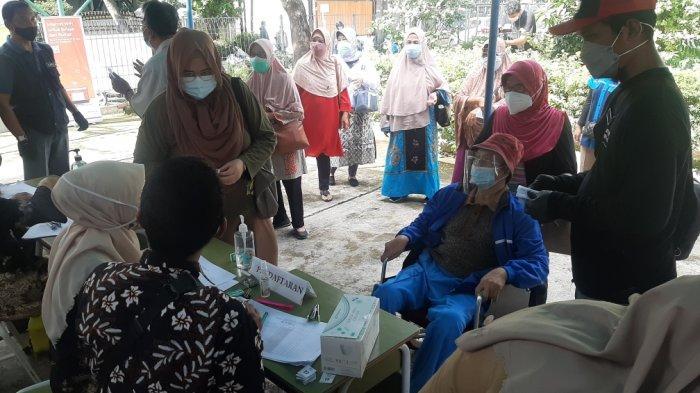 Perdana Digelar di Permukiman Warga, Ratusan Lansia di Kelurahan Pondok Kopi Suntik Vaksin Covid-19 - vaksinasi-lansia-di-pondok-kopi-1.jpg