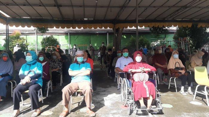 Perdana Digelar di Permukiman Warga, Ratusan Lansia di Kelurahan Pondok Kopi Suntik Vaksin Covid-19 - vaksinasi-lansia-di-pondok-kopi.jpg