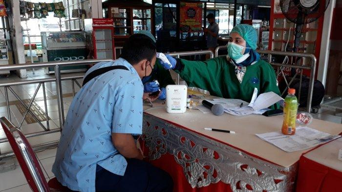 Pekerja sektor transportasi saat mengikuti vaksinasi massal Covid-19 di Terminal Kampung Rambutan, Jakarta Timur, Sabtu (12/6/2021)