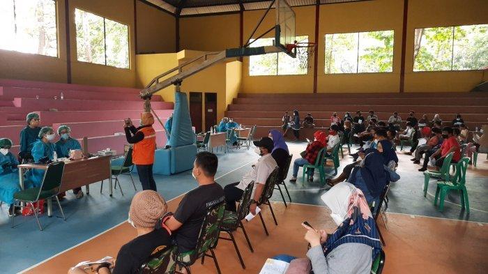 Vaksinasi massal di Hall Basket GOR Bekasi yang diselenggarakan Kelurahan Kayuringin Jaya, Kecamatan Bekasi Selatan, Kota Bekasi, Kamis (15/7/2021).