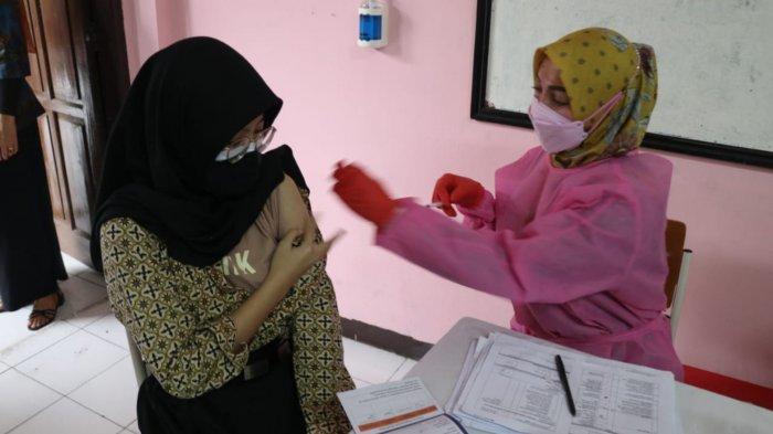 Sebanyak 1.000 siswa tingkat SMA menjalani vaksinasi Covid-19 jenis Sinovac di SMAN 1 Kota Tangerang, Banten, Rabu (14/7/2021).